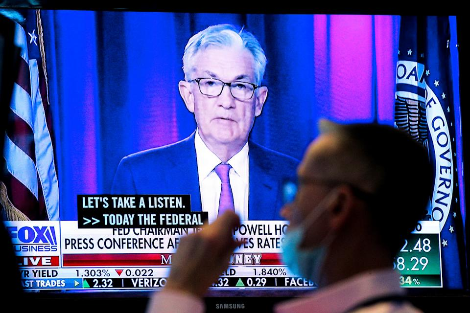 A screen displays a statement by Federal Reserve Chairman Jerome Powell following the announcement by the US Federal Reserve as a trader working on the floor of the New York Stock Exchange (NYSE) in New York, United States United, September 22, 2021. REUTERS / Brendan McDermid
