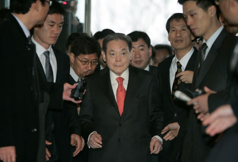 FILE PHOTO: Samsung Group chairman Lee Kun-hee arrives to meet President-elect Lee Myung-bak with other businessmen in Seoul