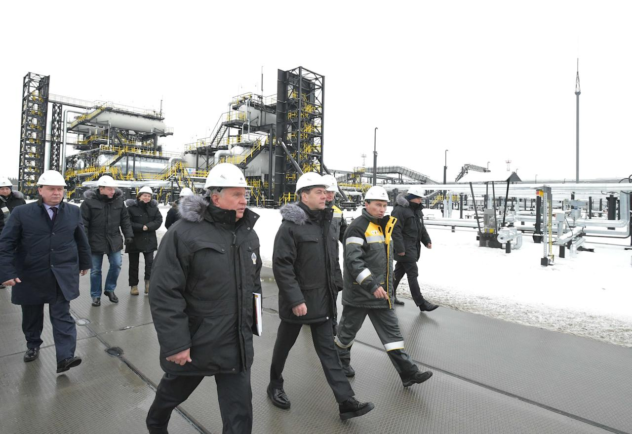 Russian Prime Minister Dmitry Medvedev (C, front) and Rosneft Chief Executive Igor Sechin (L, front) inspect production facilities at the Kondinsky group of oil fields in Khanty-Mansi Autonomous District - Yugra, Russia November 21, 2017. Sputnik/Alexander Astafyev/Pool via REUTERS  ATTENTION EDITORS - THIS IMAGE WAS PROVIDED BY A THIRD PARTY.
