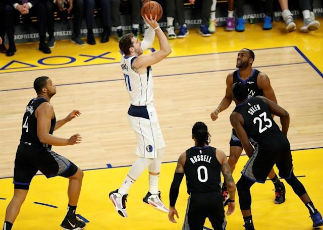 San Francisco (United States), 15/01/2020.- Dallas Mavericks forward Luka Doncic (C) of Slovenia goes to the basket against the Golden State Warriors during the first half of the NBA basketball game between the Dallas Mavericks and the Golden State Warriors at Chase Center in San Francisco, California, USA, 14 January 2020. (Baloncesto, Eslovenia, Estados Unidos) EFE/EPA/JOHN G. MABANGLO SHUTTERSTOCK OUT