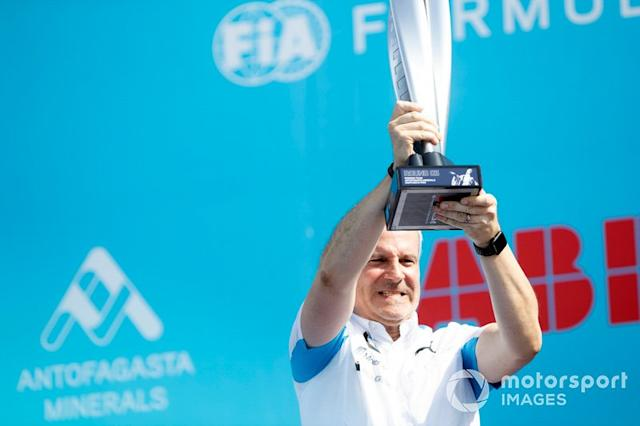 "Jens Marquardt, director de BMW Motorsport con el trofeo del ganador en el podio <span class=""copyright"">Alastair Staley / Motorsport Images</span>"