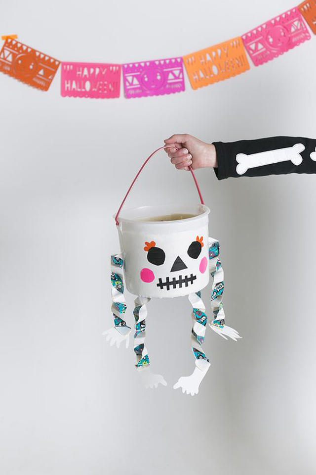 """<p><a href=""""http://mermagblog.com/diy-glow-in-the-dark-skeleton-treat-bucket-with-scotch-duct-tape/"""" target=""""_blank""""><b>Plus d'infos</b></a> <a href=""""http://mermagblog.com/diy-glow-in-the-dark-skeleton-treat-bucket-with-scotch-duct-tape/#more-7989"""" target=""""_blank""""> </a></p><br/>"""