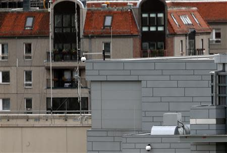 Antennas and suspected covered windows (C) are pictured on the roof of the U.S. embassy in Berlin October 27, 2013. REUTERS/Fabrizio Bensch