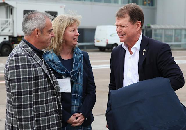 US Ryder Cup captain Tom Watson (right) speaking with Europe captain Paul McGinley and Shona Robison, Scotland's Minister for Sport as the US team arrive at Edinburgh airport on September 22, 2014 (AFP Photo/)