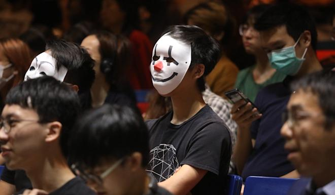 Students aligned with the protest movement wore masks on Thursday at Chinese University dialogue session with school officials. Photo: K.Y. Cheng