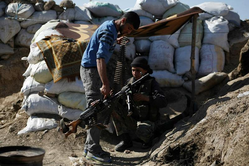 Rebel fighters prepare their weapons as they hold a position on the front line in the Syrian northeastern city of Deir Ezzor, on March 28, 2014 (AFP Photo/Ahmad Aboud)