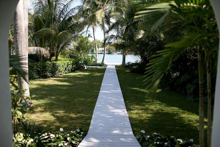 <p><i>This pathway leads to the bay. <i>(Listing photo)</i><br></i></p>