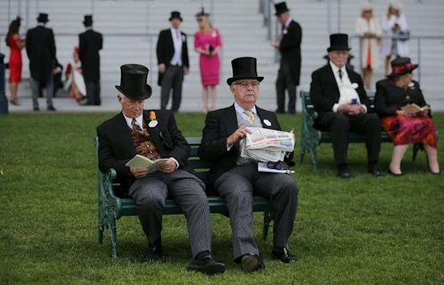 Racegoers attend the second day of the Royal Ascot horse racing meet, in Ascot (AFP Photo/Daniel LEAL-OLIVAS)
