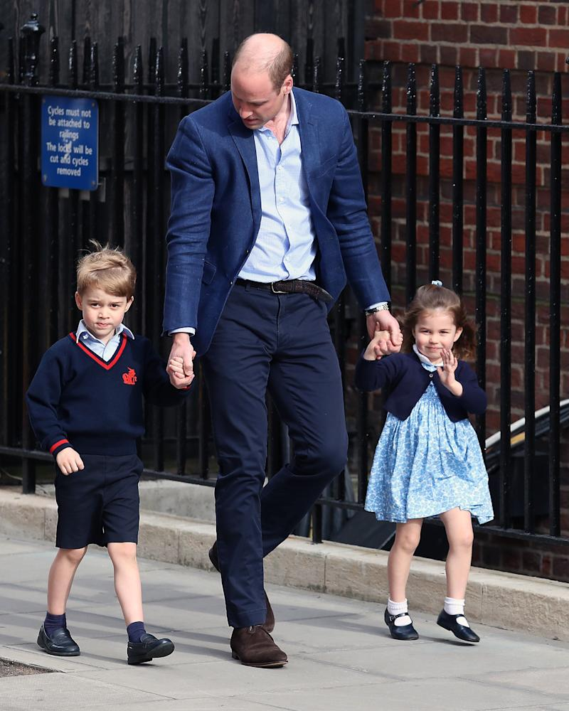 LONDON, ENGLAND - APRIL 23: Prince William, Duke of Cambridge, Prince George and Princess Charlotte arrive at the Lindo Wing after the birth of his third child on April 23, 2018 in London, England. The Duchess of Cambridge gave birth to a boy at 11:01 BST, weighing 8lb 7oz. (Photo by Neil Mockford/GC Images)