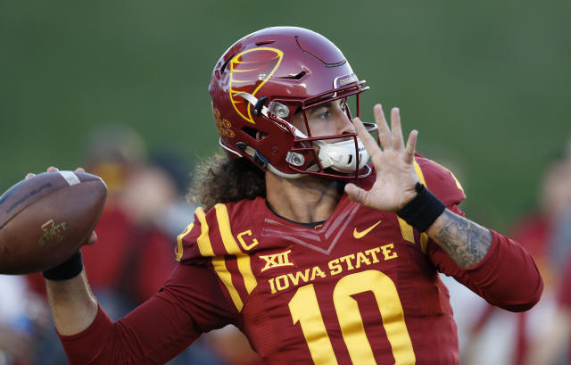 """Iowa State quarterback <a class=""""link rapid-noclick-resp"""" href=""""/ncaaf/players/239235/"""" data-ylk=""""slk:Jacob Park"""">Jacob Park</a> warms up before an NCAA college football game against Texas, Thursday, Sept. 28, 2017, in Ames, Iowa. (AP Photo/Charlie Neibergall)"""