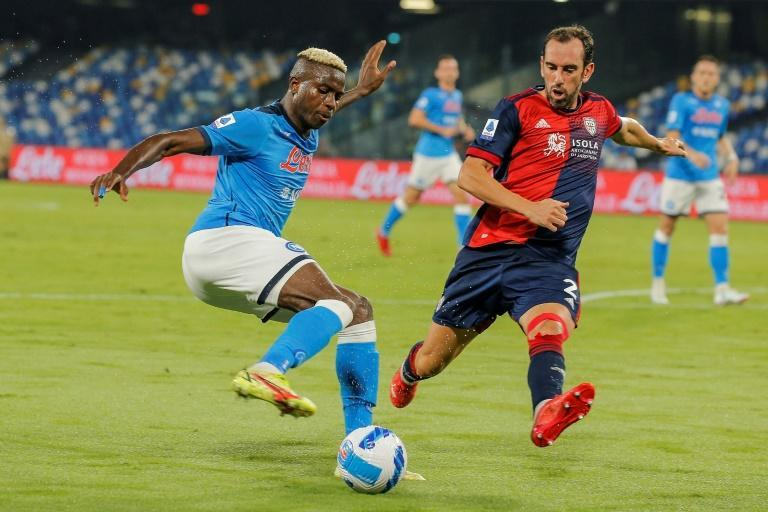 Napoli forward Victor Osimhen (L) is challenged by Cagliari defender Diego Godin (R) in a Serie A clash (AFP/Carlo Hermann)