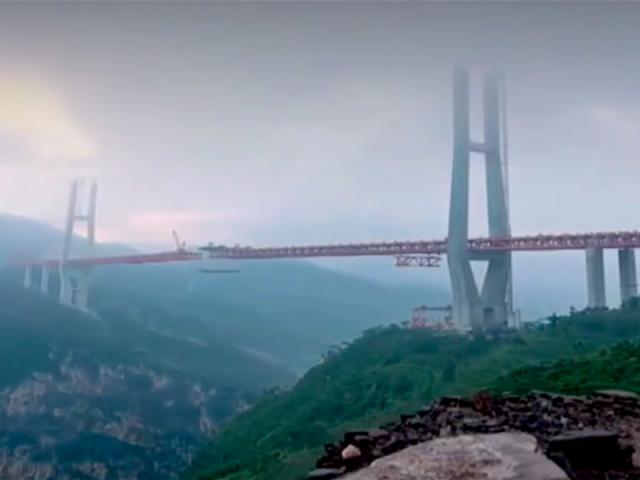 """""""World's Highest Bridge"""" Opens in China Over 1,850-Foot Gorge"""