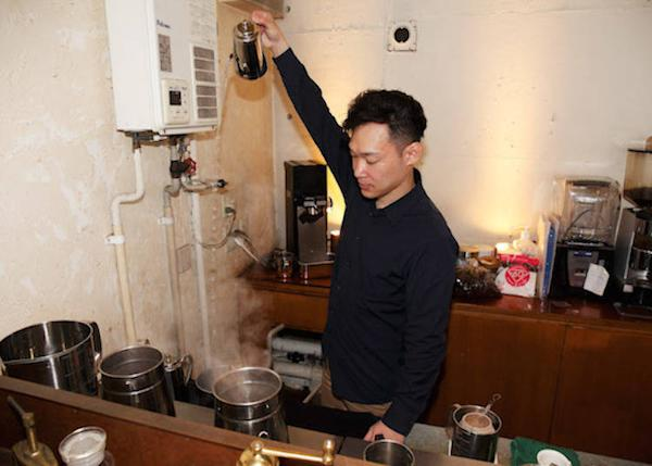 ▲ Here we see Mr. Takefumi, the manager, adjusting the temperature of the hot water to change the bitterness, acidity, and scent of coffee. He appears to alter the hot water temperature depending on the roast