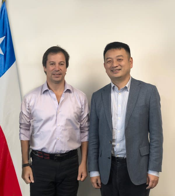 Trip.com Group Chairman James Liang (right) meets with Chile Minister of Economy, Development and Tourism Lucas Palacios Covarrubias (left).