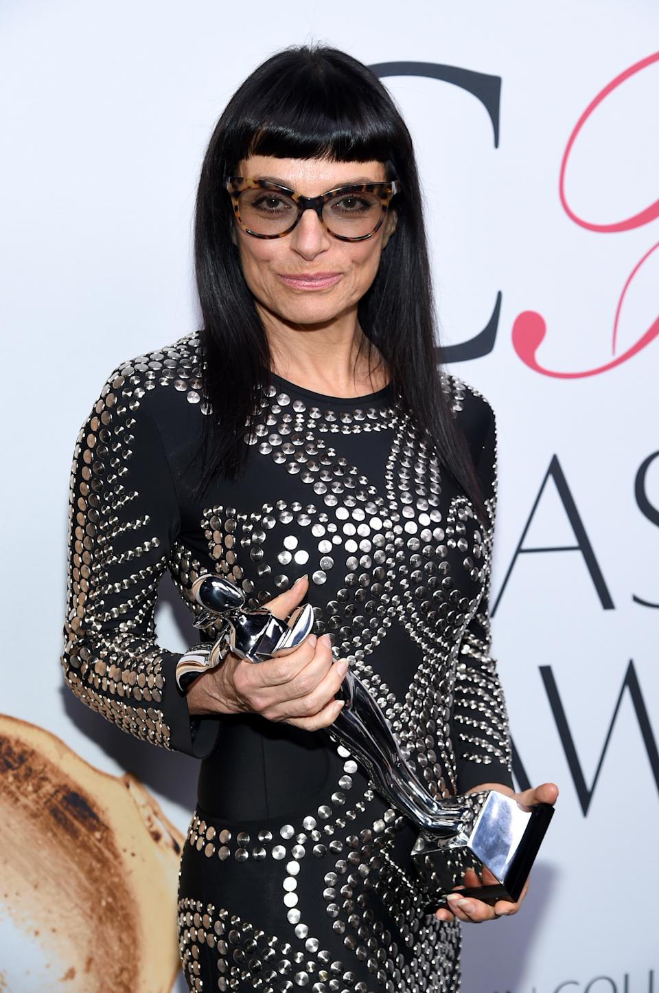 Norma Kamali with her Lifetime Achievement Award at the CFDA Fashion Awards in 2016. (Photo: Evan Agostini/Invision/AP)