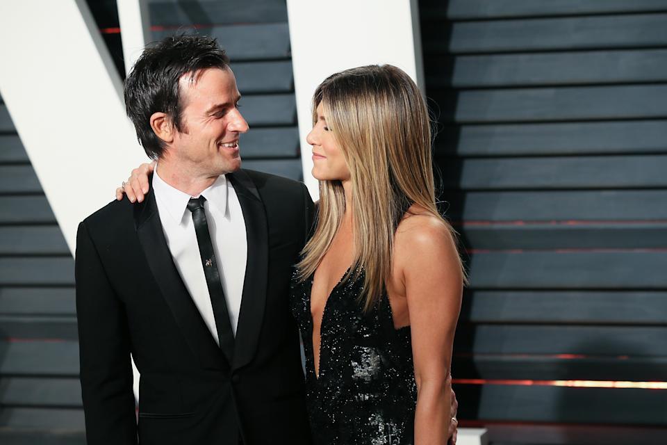 BEVERLY HILLS, CA - FEBRUARY 26:  Actors Justin Theroux (L) and Jennifer Aniston attend the 2017 Vanity Fair Oscar Party hosted by Graydon Carter at the Wallis Annenberg Center for the Performing Arts on February 26, 2017 in Beverly Hills, California.  (Photo by David Livingston/Getty Images)