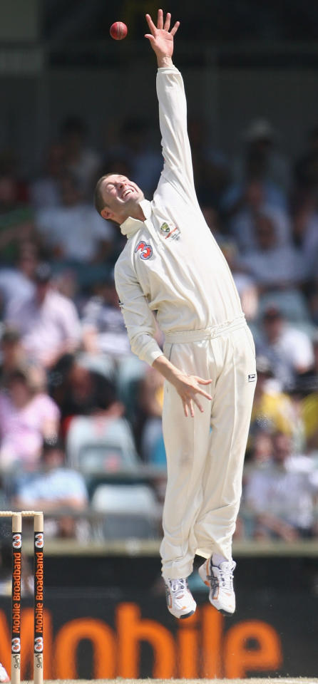 PERTH, AUSTRALIA - JANUARY 18:  Michael Clarke of Australia attempts to catch MS Dhoni during day three of the Third Test match between Australia and India at the WACA on January 18, 2008 in Perth, Australia.  (Photo by Paul Kane/Getty Images)