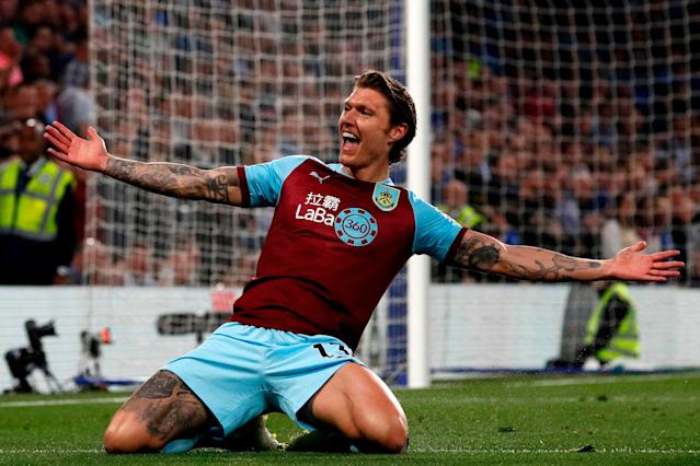 Burnley's Irish midfielder Jeff Hendrick celebrates after scoring the opening goal between Chelsea and Burnley at Stamford Bridge (Photo by ADRIAN DENNIS/AFP/Getty Images)