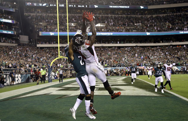 Atlanta Falcons' Julio Jones, front right, cannot catch a pass against Philadelphia Eagles' Ronald Darby during the final second of an NFL football game early Friday, Sept. 7, 2018, in Philadelphia. Philadelphia won 18-12. (AP Photo/Michael Perez)