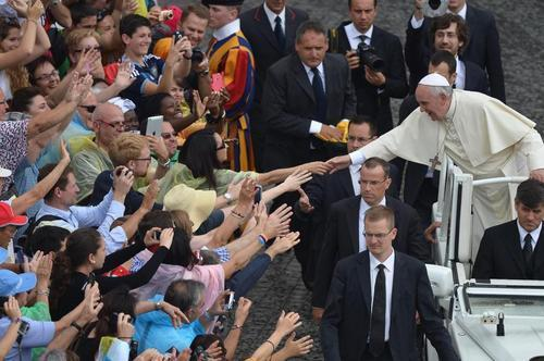 Crowd reaches out to touch Pope Francis