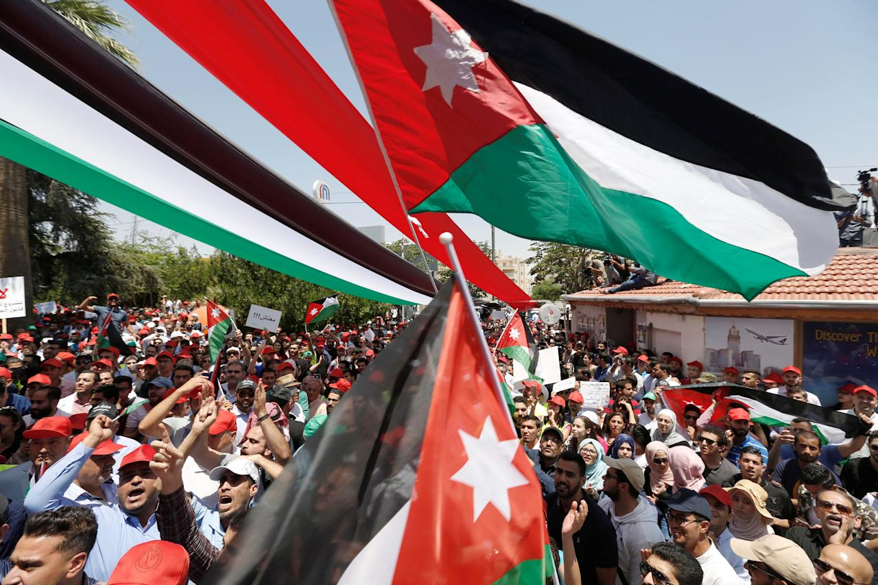 <p>Protesters chant slogans and wave flags in front of the Labour Union offices in Amman, Jordan, June 6, 2018. (Photo: Muhammad Hamed/Reuters) </p>