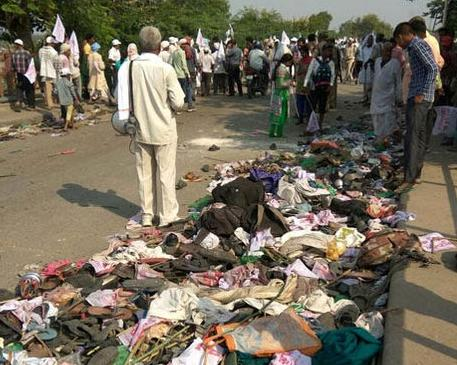 Indian bystanders gather near discarded belongings at the roadside following a fatal stampede in Varanasi on October 15, 2016 (AFP Photo/STR)