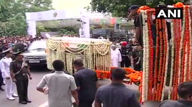 <p>The procession carrying the mortal remains of Vajpayee at the BJP headquarters. </p>