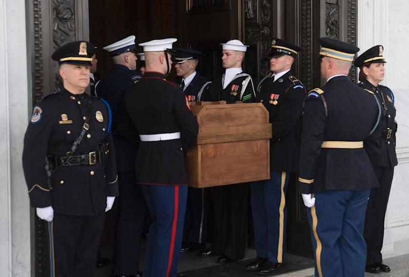 An honor guard carries the casket of the Reverend Billy Graham into the US Capitol (AFP Photo/SAUL LOEB)
