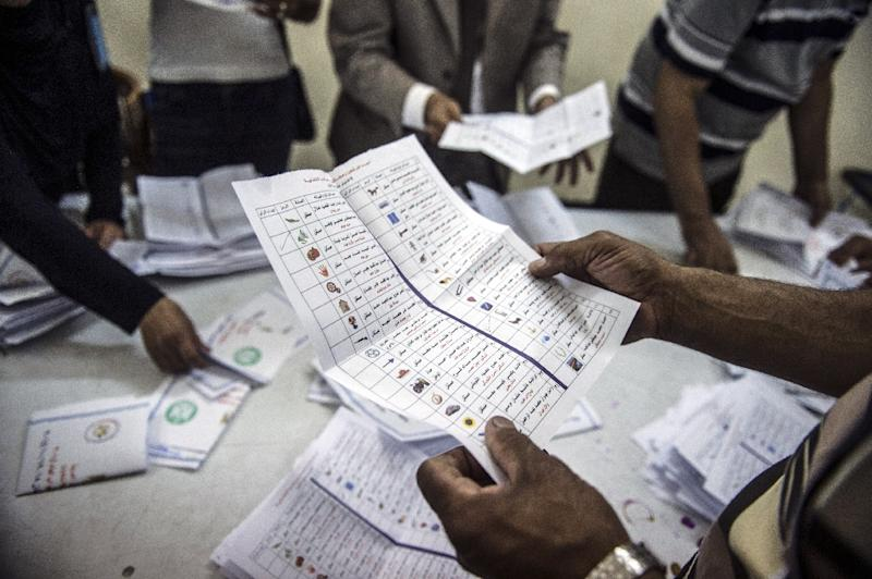 Election officials count ballots at the end of the first round of voting for Egypt's parliamentary election in Giza, Cairo on October 19, 2015 (AFP Photo/Mohamed El-Shahed)