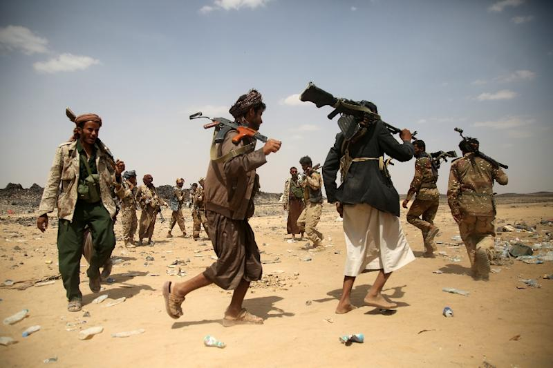 Armed Yemeni tribesmen from the Popular Resistance Committees, supporting forces loyal to Yemen's Saudi-backed fugitive President Abedrabbo Mansour Hadi, hold a position in Marib province, east of the capital, Sanaa on September 18, 2015 (AFP Photo/Abdullah Hassan)