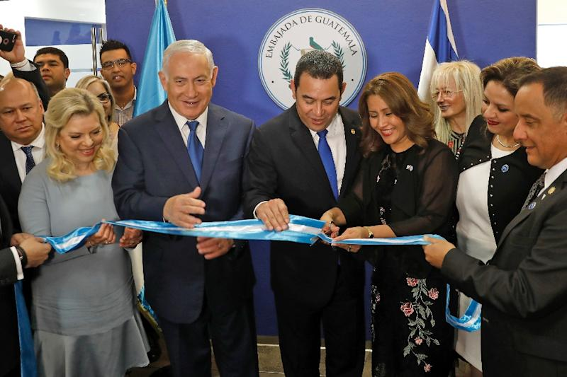 Sara Netanyahu and her husband Israeli Prime Minister Benjamin applaud as Guatemalan President Jimmy Morales and his wife Hilda Patricia Marroquin cut the ribbon during the inauguration ceremony of the Guatemalan embassy in Jerusalem on May 16, 2018 (AFP Photo/RONEN ZVULUN)