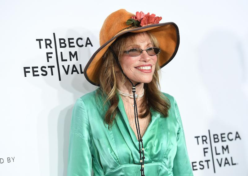 Carly Simon reveals details about her and Jackie Kennedy Onassis' friendship.