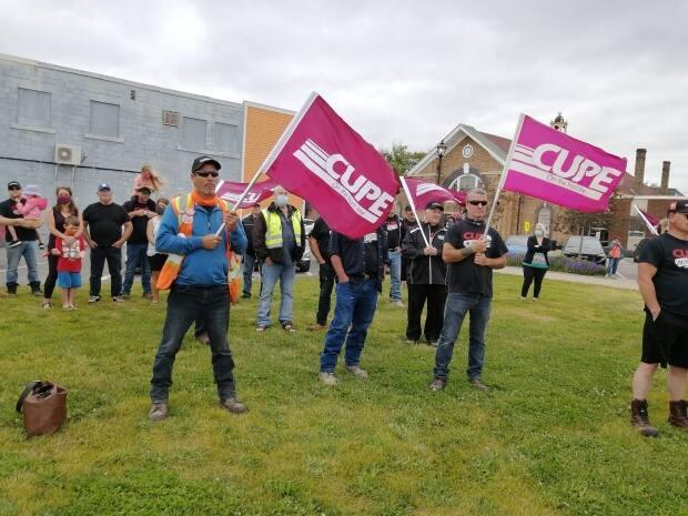 Town of Grand Falls-Windsor employees, along with citizens and other union members, held a rally Wednesday after failing to reach a collective agreement with the town. (CUPE 1349/Facebook - image credit)