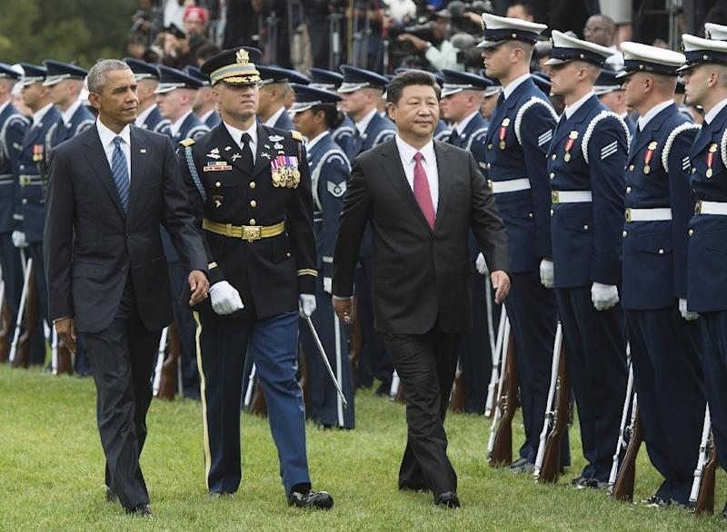 US President Barack Obama and Chinese President Xi Jinping review the troops during a State Arrival ceremony on the South Lawn of the White House in Washington, DC, September 25, 2015 (AFP Photo/Saul Loeb)