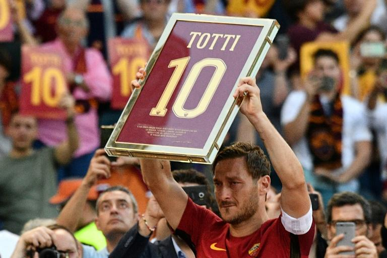 Roma's forward from Italy Francesco Totti holds a framed Number 10 during a ceremony to celebrate his last match with AS Roma after the Italian Serie A football match AS Roma vs Genoa (AFP Photo/Vincenzo PINTO)