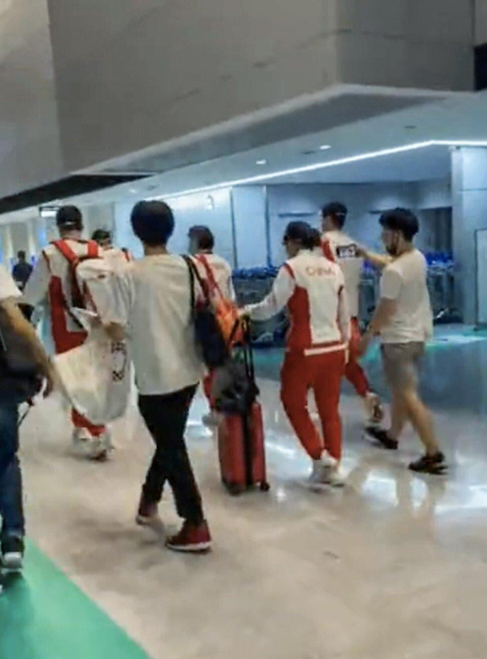 Unmasked Japanese fans approach the Chinese table tennis team at Narita International Airport. Photo: Weibo