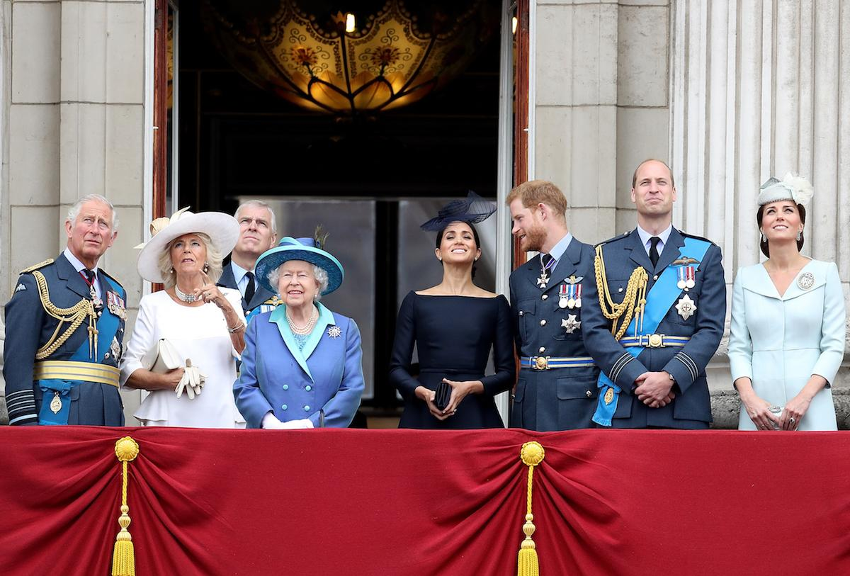<p>Diese Show ließ sich keiner entgehen: Mit großen Augen schauen sich Prinz Charles mit Herzogin Camilla, Queen Elizabeth in Royal-Air-Force-Blau, Herzogin Meghan mit Prinz Harry und Prinz William mit Herzogin Kate die Darbietungen der Flugstaffel der Royal Air Force an (v.l.n.r.). (Bild: Getty Images) </p>