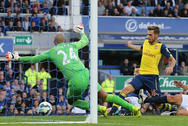 Aaron Ramsey (R) scores Arsenal's first goal past Everton goalkeeper Tim Howard during their Premier League match at Goodison Park on August 23, 2014 (AFP Photo/Lindsey Parnaby)
