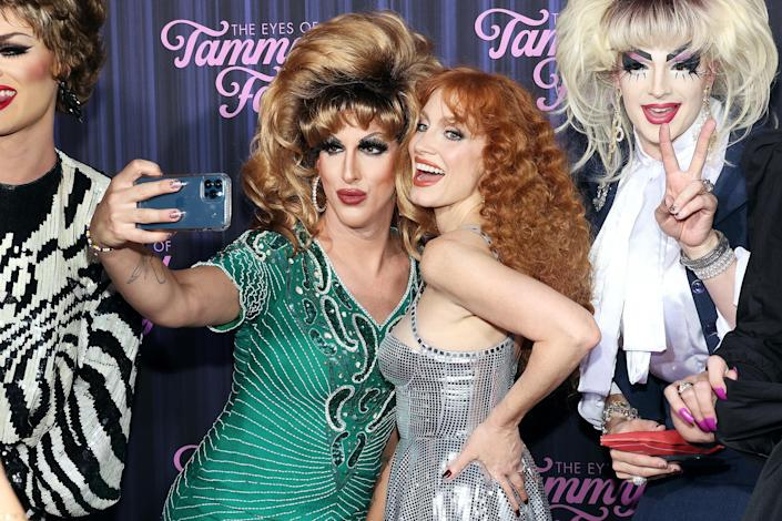 <p>Jessica Chastain poses with drag artists at the Sept. 14 premiere of <i>The Eyes of Tammy Faye </i>in N.Y.C., where Casamigos cocktails were served.</p>