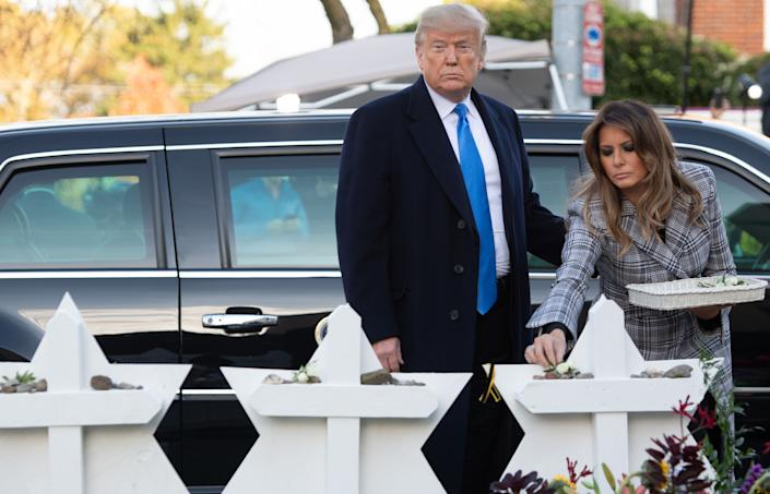 President Trump and first lady Melania Trumplay flowers on 11 makeshift Star of David memorials erected outside the synagogue. (Photo: SAUL LOEB via Getty Images)