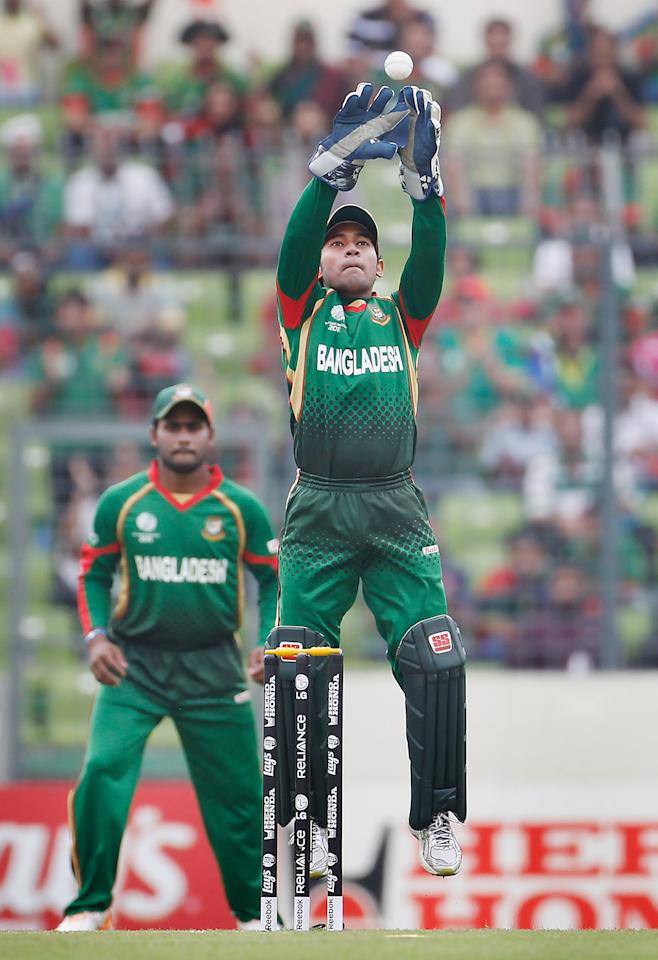 DHAKA, BANGLADESH - MARCH 19: Mushfiqur Rahim of Bangladesh keeps wicket during the ICC World Cup Cricket Group B match between Bangladesh and South Africa at Shere-e-Bangla National Stadium on March 19, 2011 in Dhaka, Bangladesh.  (Photo by Daniel Berehulak/Getty Images)