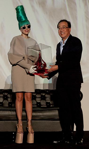 Mr Edward Ying (right), SingTel's Chief of Multimedia presented Lady Gaga with the award for being the most downloaded artiste on the SingTel AMPed unlimited music download service. (Yahoo!)