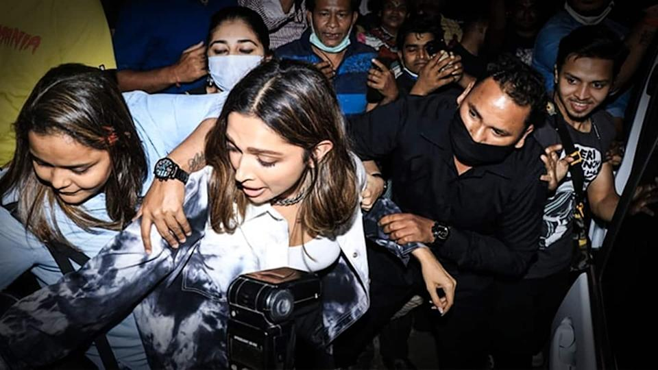 Deepika Padukone mobbed, woman tries snatching her purse