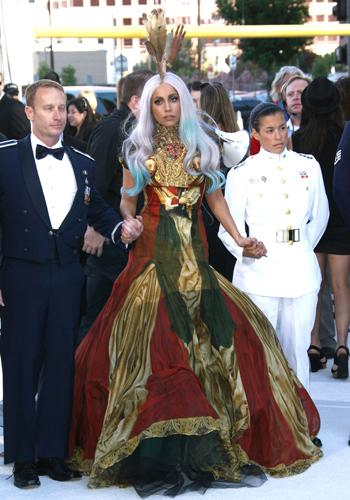 <p>Gaga makes her entrance to the 2010 MTV Video Music Awards in true diva style - complete with some handsome male escorts!</p>