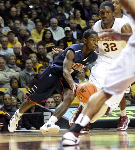 Richmond's Kendall Anthony works the ball around Minnesota's Trevor Mbakwe (32) in the first half of an NCAA college basketball game in Minneapolis, Sunday, Nov. 18, 2012. (AP photo/Janet Hostetter)