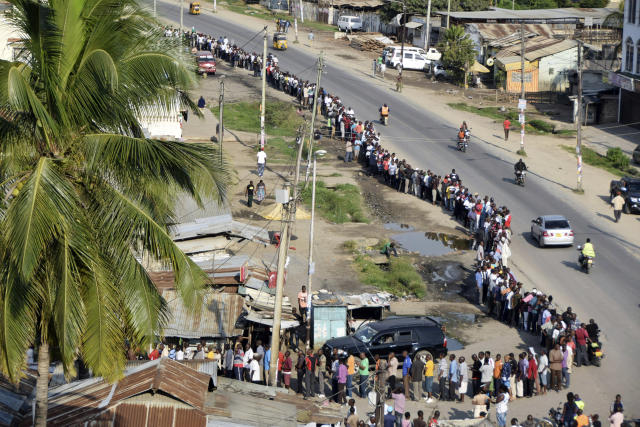 <p>Voters queue to cast their votes at Ziwa la Ng'ombe polling station, in the coastal town of Mombasa, Kenya, Tuesday, Aug. 8, 2017. (Photo: AP) </p>