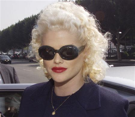Model and former Playboy magazine Playmate Anna Nicole Smith arrives for opening arguments in her bankruptcy case at the Roybal Federal Building in Los Angeles, California in this October 27, 1999 file photo. REUTERS/Fred Prouser/Files