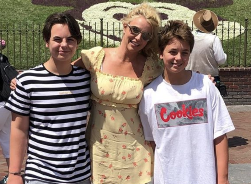 Britney Spears con sus hijos Sean Preston y Jayden James Federline en agosto. (Captura de pantalla: Britney Spears vía Instagram)