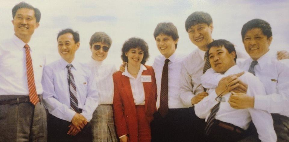 A group shot aboard an excursion boat on the Mississippi River, from the Hubei delegation's 1985 trip to Muscatine, Iowa. Xi Jinping is third from right, standing next to Luca Berrone. Photo: Old Friends: The Xi Jinping-Iowa Story