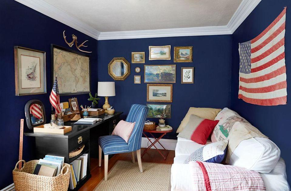 <p>Deep navy walls make this 8'-by-10' room feel quaint rather than claustrophobic. </p>